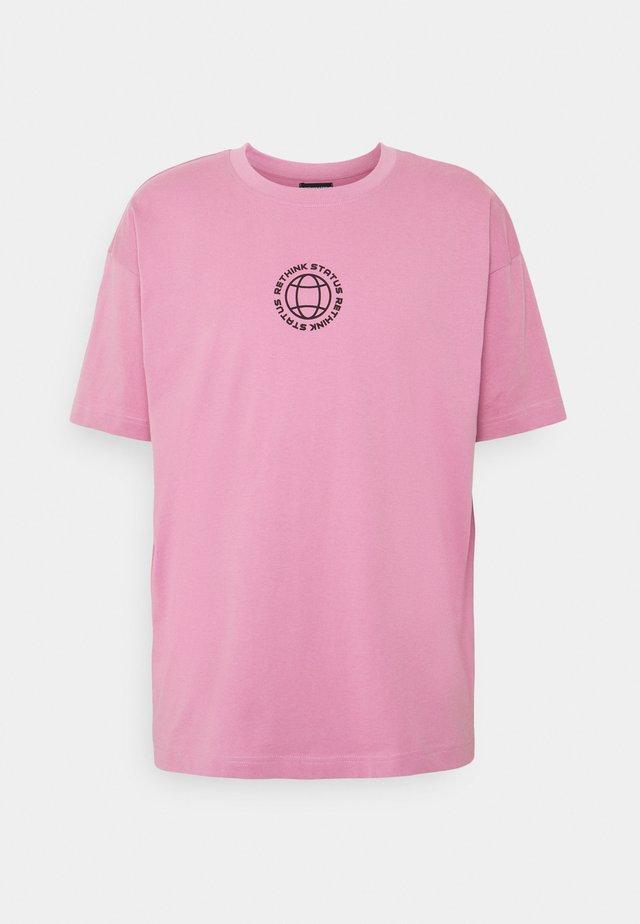 UNISEX OVERSIZED - T-shirts med print - mauve orchid