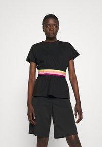 KARL LAGERFELD - RIB INSERT  - T-shirt imprimé - black - 0