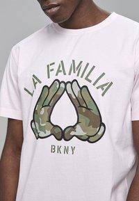Cayler & Sons - Print T-shirt - pale pink/camo - 2