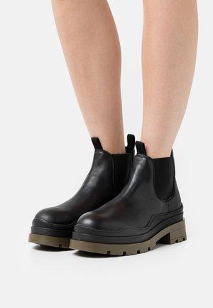 AMALFI - Kotníkové boty na platformě - black garda/green