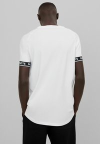Bershka - MUSCLE FIT - T-shirt imprimé - white - 2