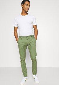 Denham - YORK - Chinos - army green - 3