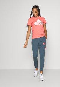 adidas Performance - BOS TEE - T-shirts med print - orange/white - 1