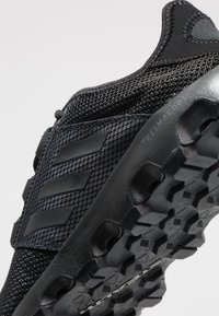 adidas Performance - TERREX VOYAGER - Obuwie do biegania Turystyka - carbon/core black - 5