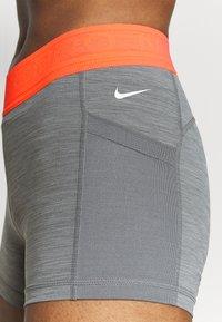 Nike Performance - SHORT FEMME  - Tights - smoke grey/heather/bright mango/white - 4