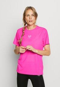 Pink Soda - HERON BOYFRIEND - Basic T-shirt - knockout pink - 0
