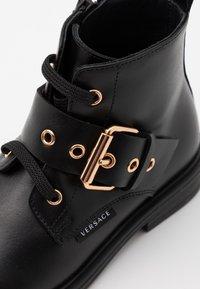 Versace - STIVALETTO - Šněrovací kotníkové boty - black/gold - 5