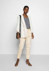 TOM TAILOR DENIM - UTILITY TRACK PANTS - Trousers - sand beige - 1