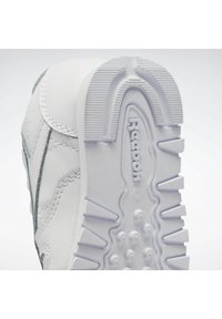 Reebok Classic - CLASSIC LEATHER SHOES - Trainers - white - 7