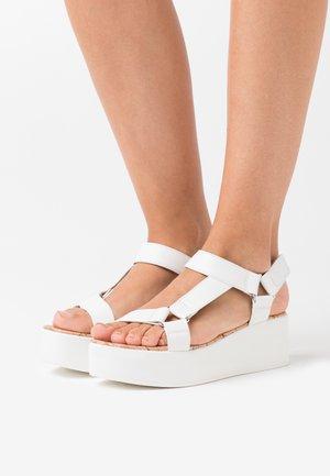 LANCYY - Sandalen met plateauzool - white