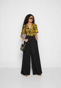 Versace Jeans Couture - BUCKLE SHOULDER BAG - Taška spříčným popruhem - nero - 6