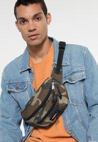 Eastpak - DOGGY BAG CORE COLORS - Bum bag - camo - 1