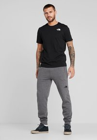The North Face - REDBOX TEE   - T-shirt con stampa - black - 1
