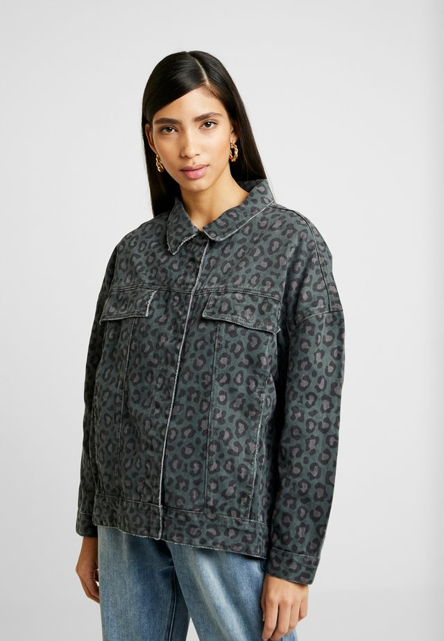 LEOPARD NIGHT CRAWLER TRUCKER JACKET - Giacca di jeans - olive/brown