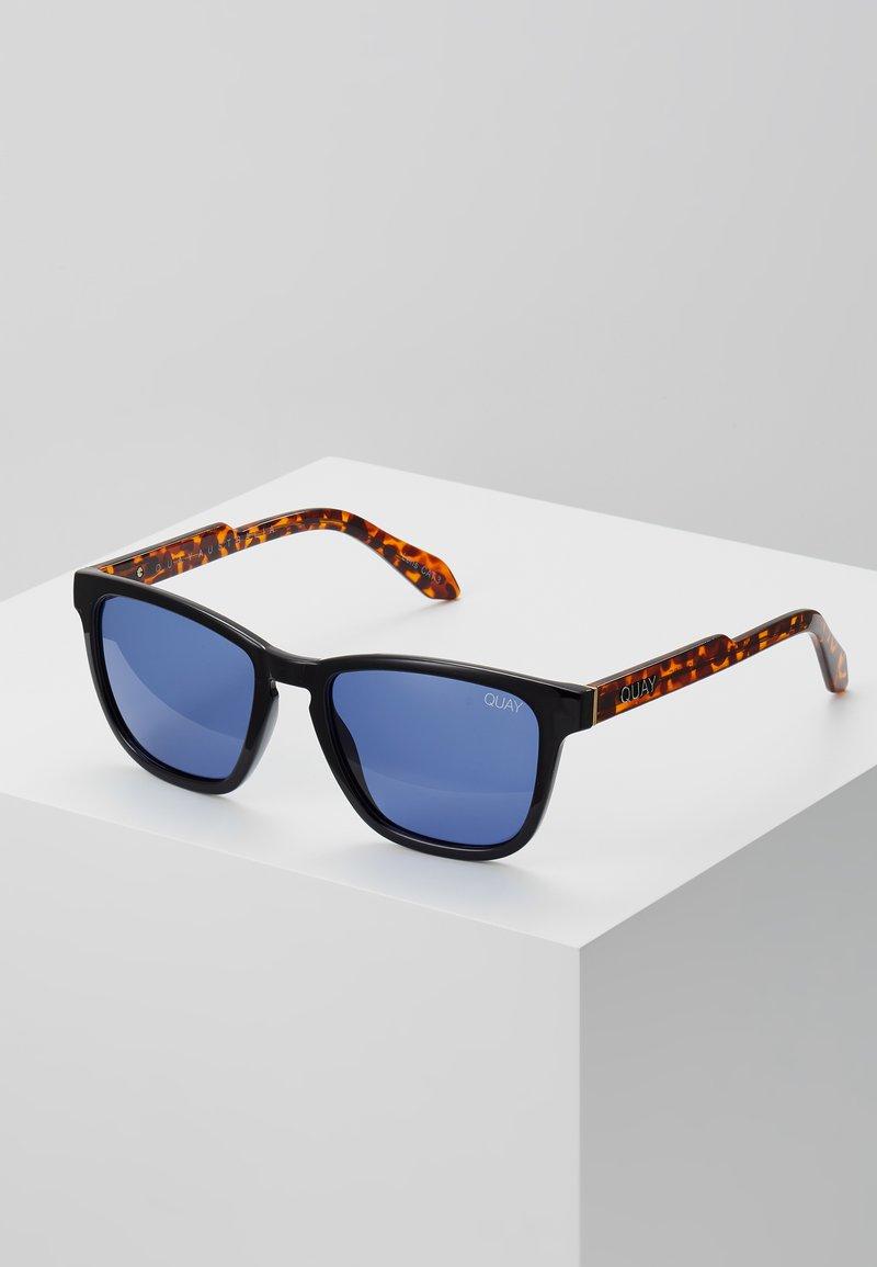 QUAY AUSTRALIA - HARDWIRE SUNGLASSES - Sluneční brýle - black/brown/blue