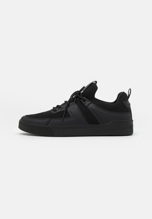 LACE UP VERNON 3D LOGO SHIELD ON BACK - Sneakers laag - black