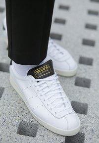 adidas Originals - LACOMBE - Sneakers laag - footwear white/core black/core white - 7