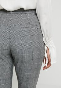 Vero Moda Petite - PAPER BAG CHECK PANT - Trousers - grey/white - 5