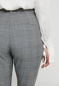 Vero Moda Petite - PAPER BAG CHECK PANT - Kalhoty - grey/white - 5