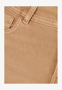 Bershka - UND UMGESCHLAGENEM SAUM  - Denim shorts - brown - 5