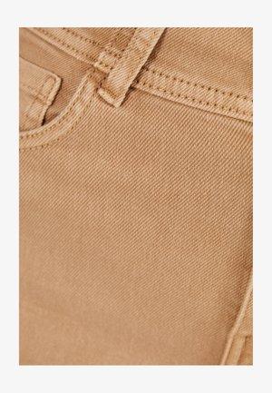 UND UMGESCHLAGENEM SAUM  - Jeansshort - brown