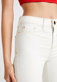 River Island - MOLLY - Jeans Skinny Fit - white coated - 4