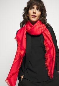 Tory Burch - LOGO TRAVELER SCARF - Šátek - bright red - 1