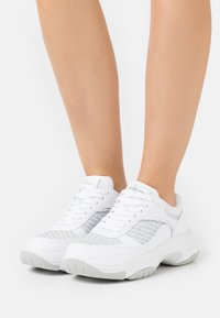 Calvin Klein Jeans - CHUNKY SOLE LACEUP PU-PES - Trainers - bright white - 0