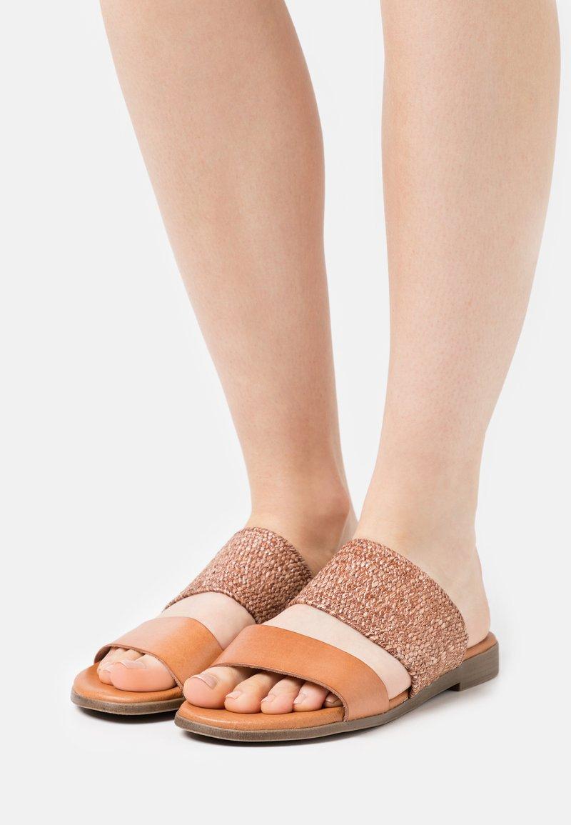Grand Step Shoes - FIBI - Mules - sand