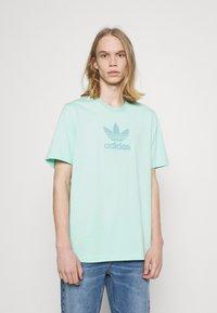 adidas Originals - TREF SERIES TEE UNISEX - Print T-shirt - clear mint - 0