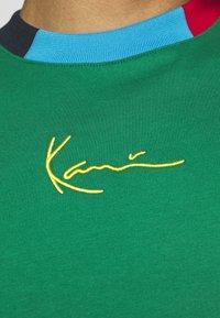 Karl Kani - UNISEX SMALL SIGNATURE TEE - Triko spotiskem - green - 4