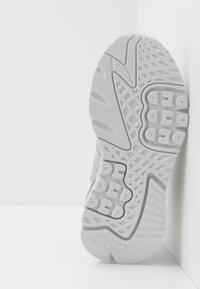adidas Originals - NITE JOGGER - Matalavartiset tennarit - grey one/grey two/signal green - 4