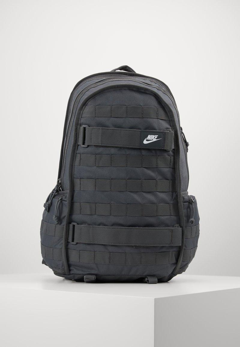 Nike Sportswear - UNISEX - Mochila - iron grey/white