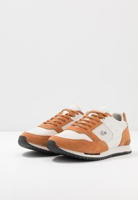 Lacoste - PARTNER PISTE - Sneakers laag - brown/offwhite - 2