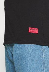 Caterpillar - VINTAGE PIC TEE - T-shirt med print - black - 5