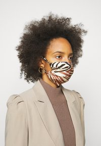 By Malene Birger - FACE MASK SOLID - Community mask - dark caramel - 1
