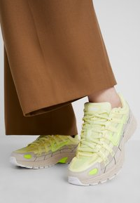 Nike Sportswear - P-6000 - Baskets basses - luminous green/desert sand - 0