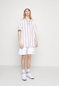 Karl Kani - SMALL SIGNATURE PINSTRIPE TEE - T-shirt med print - white - 1
