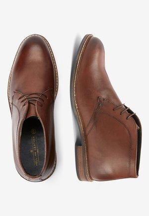 TAN CHUKKA BOOTS - Smart lace-ups - brown