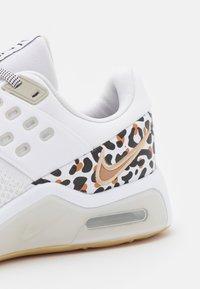 Nike Performance - AIR MAX BELLA TR 4 PRM - Treningssko - white/black/light bone/wheat/light brown - 5