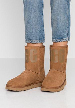CLASSIC SHORT LOGO - Kotníkové boty - chestnut