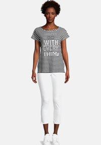 Cartoon - CASUAL MIT STREIFEN - T-shirt print - weiß/schwarz - 1