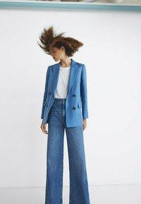 Massimo Dutti - MIT HOHEM BUND UND WEITEM BEIN - Flared Jeans - dark blue - 2