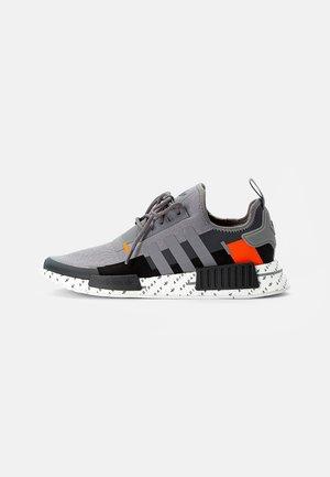 NMD_R1 UNISEX - Sneakers - grey three/team solar orange