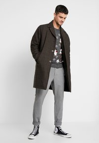 New Look - ALL OVER PENGUIN CREW - Sweter - dark grey - 1