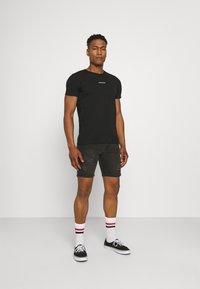 Calvin Klein Jeans - MICRO BRANDING ESSENTIAL TEE - T-shirt basic - black - 1