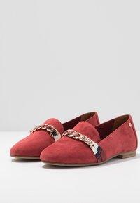 Tamaris - Scarpe senza lacci - ruby - 4