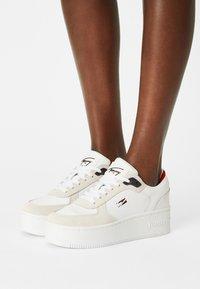 Tommy Jeans - ICONIC FLATFORM - Sneakersy niskie - white - 0