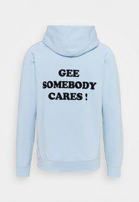 sandro - HOODIE SNOOPY CARES UNISEX - Sweatshirt - bleu ciel - 1