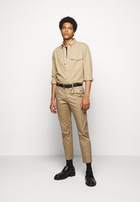 CLOSED - DEVON SLIM - Chino - deep dune - 1